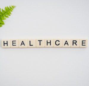 Healthcare mit Scrabblesteinen / Bild für Privatpraxis